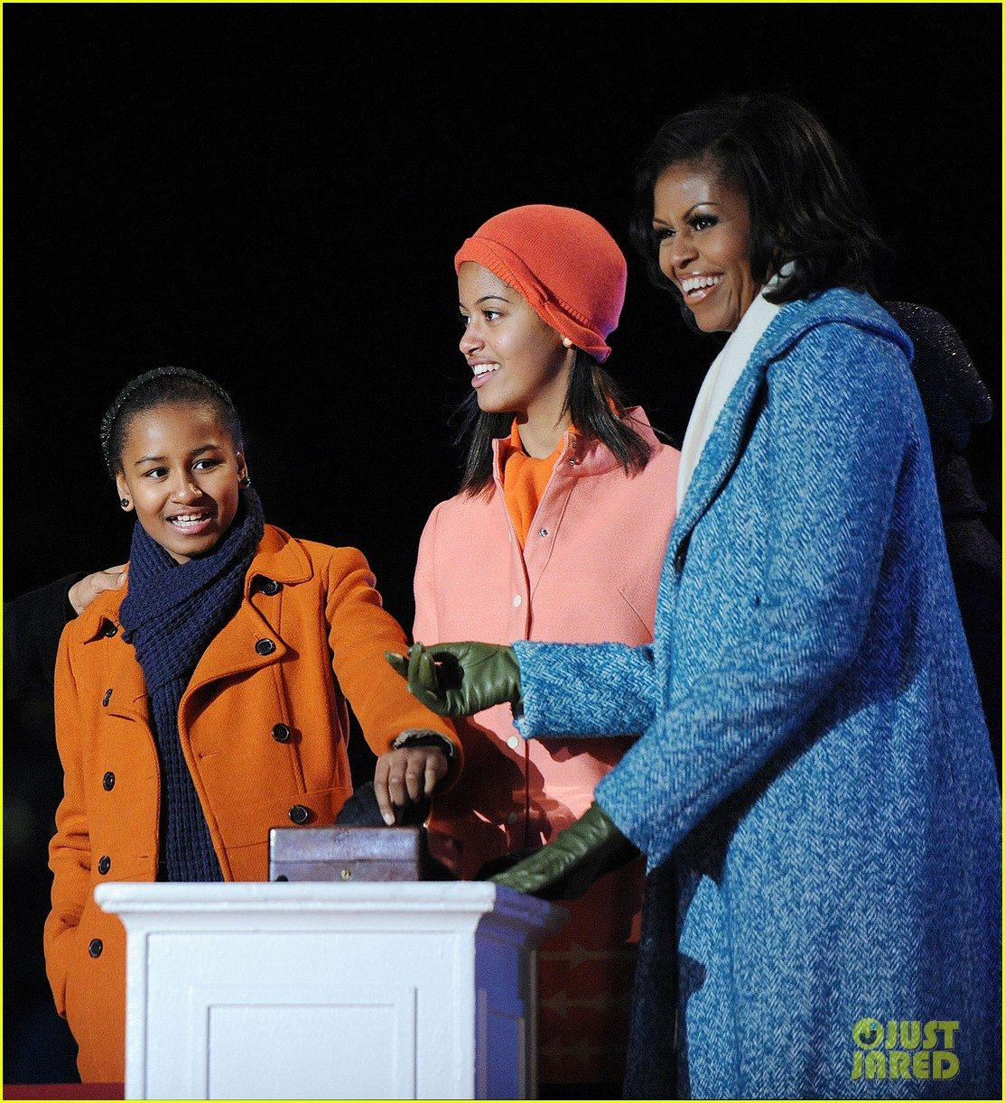 barack obama tree lighting with michelle the girls 012770674
