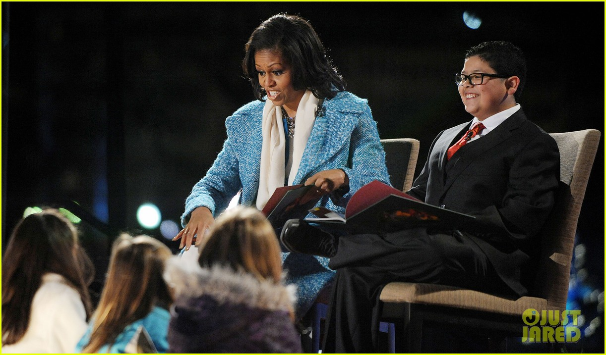 barack obama tree lighting with michelle the girls 05