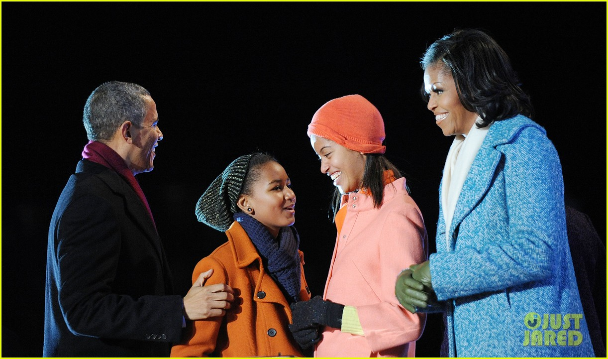 barack obama tree lighting with michelle the girls 072770680