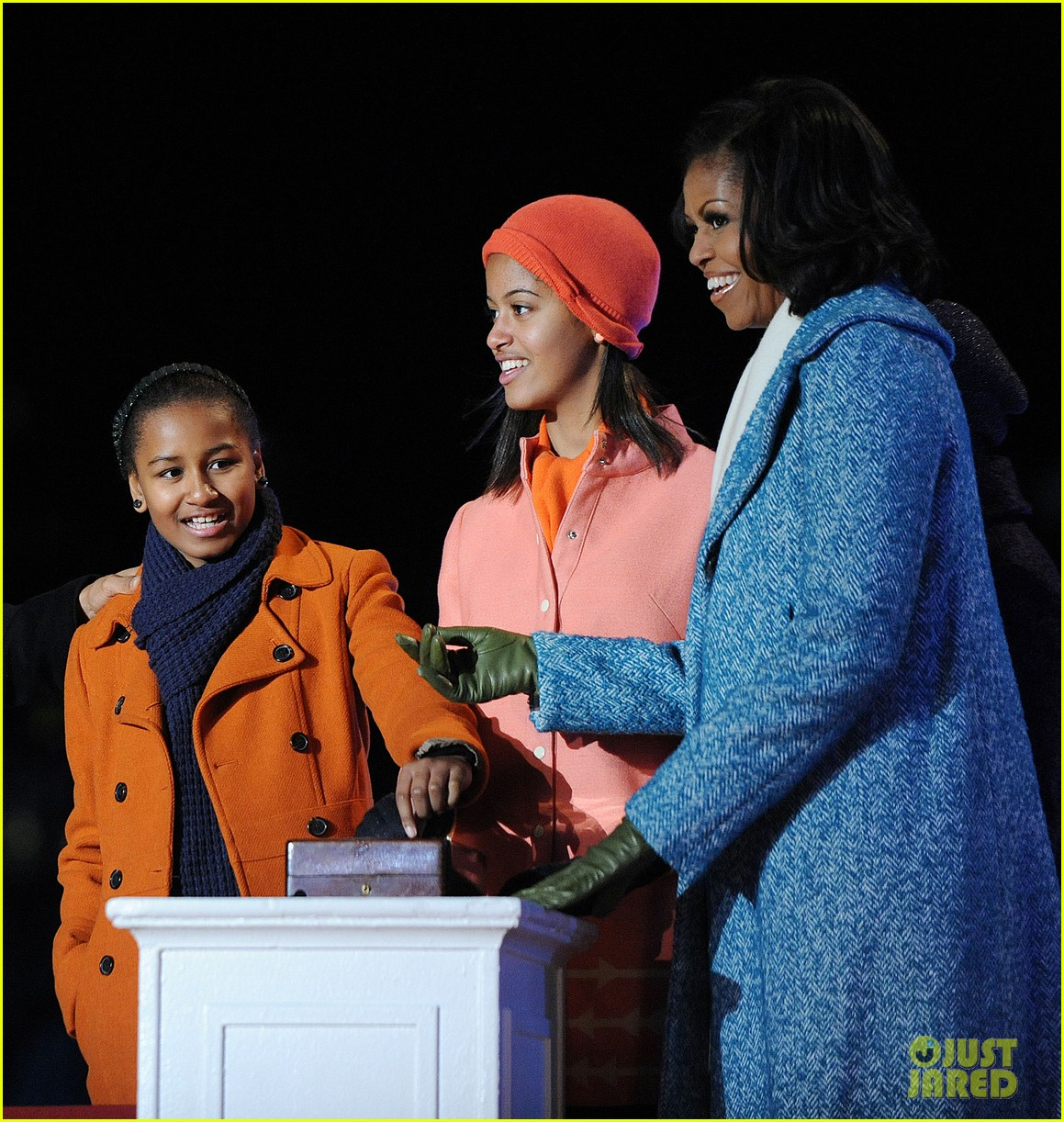 barack obama tree lighting with michelle the girls 092770682