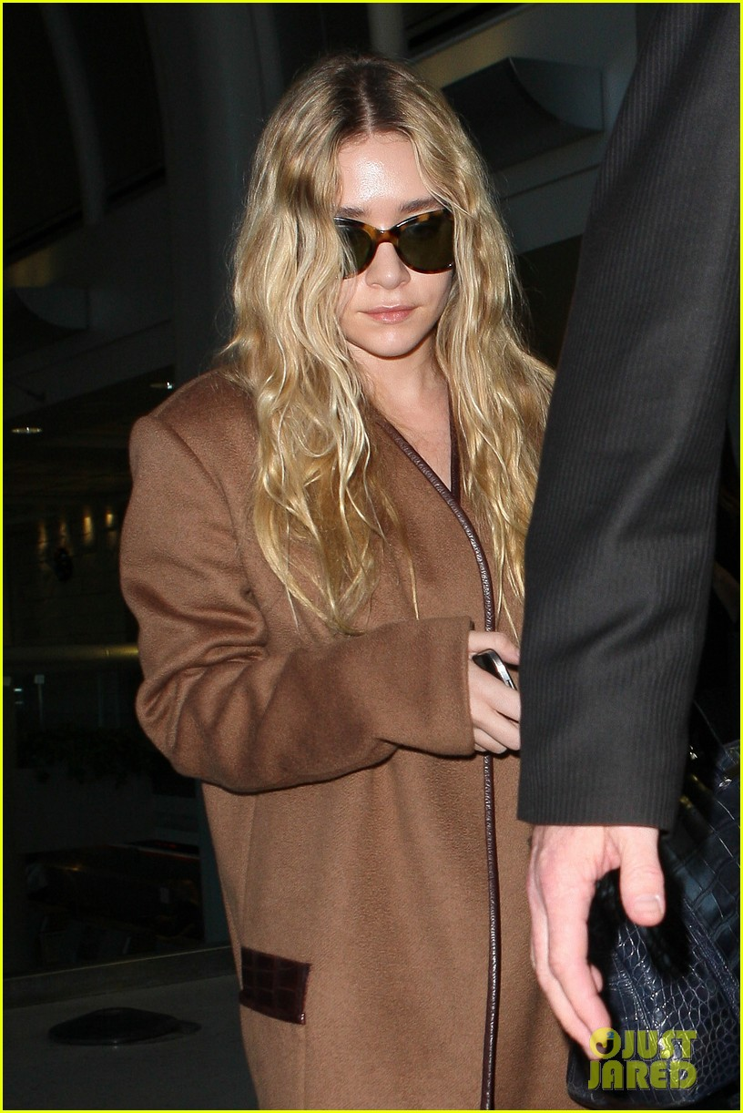 ashley olsen lands at lax after flight trouble 04