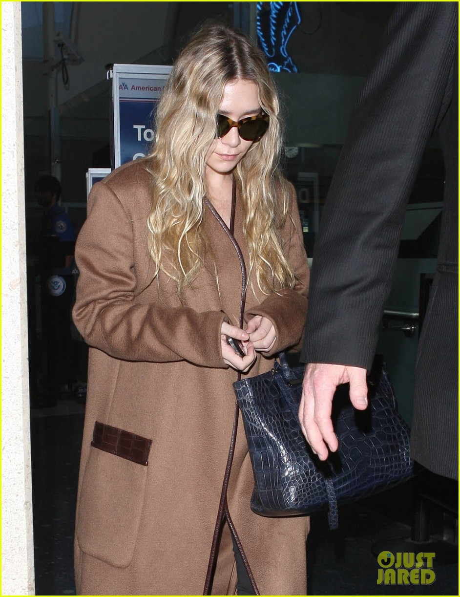 ashley olsen lands at lax after flight trouble 08