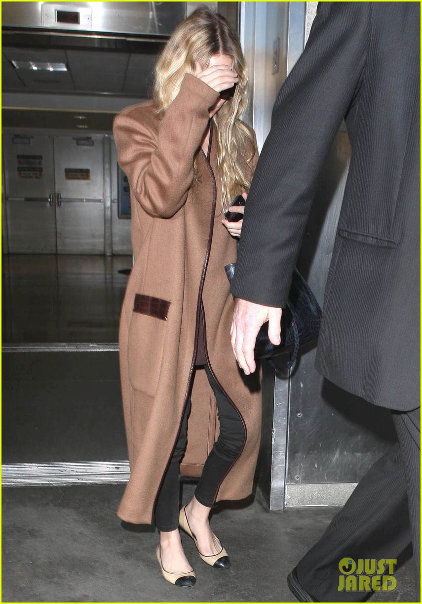 ashley olsen lands at lax after flight trouble 10