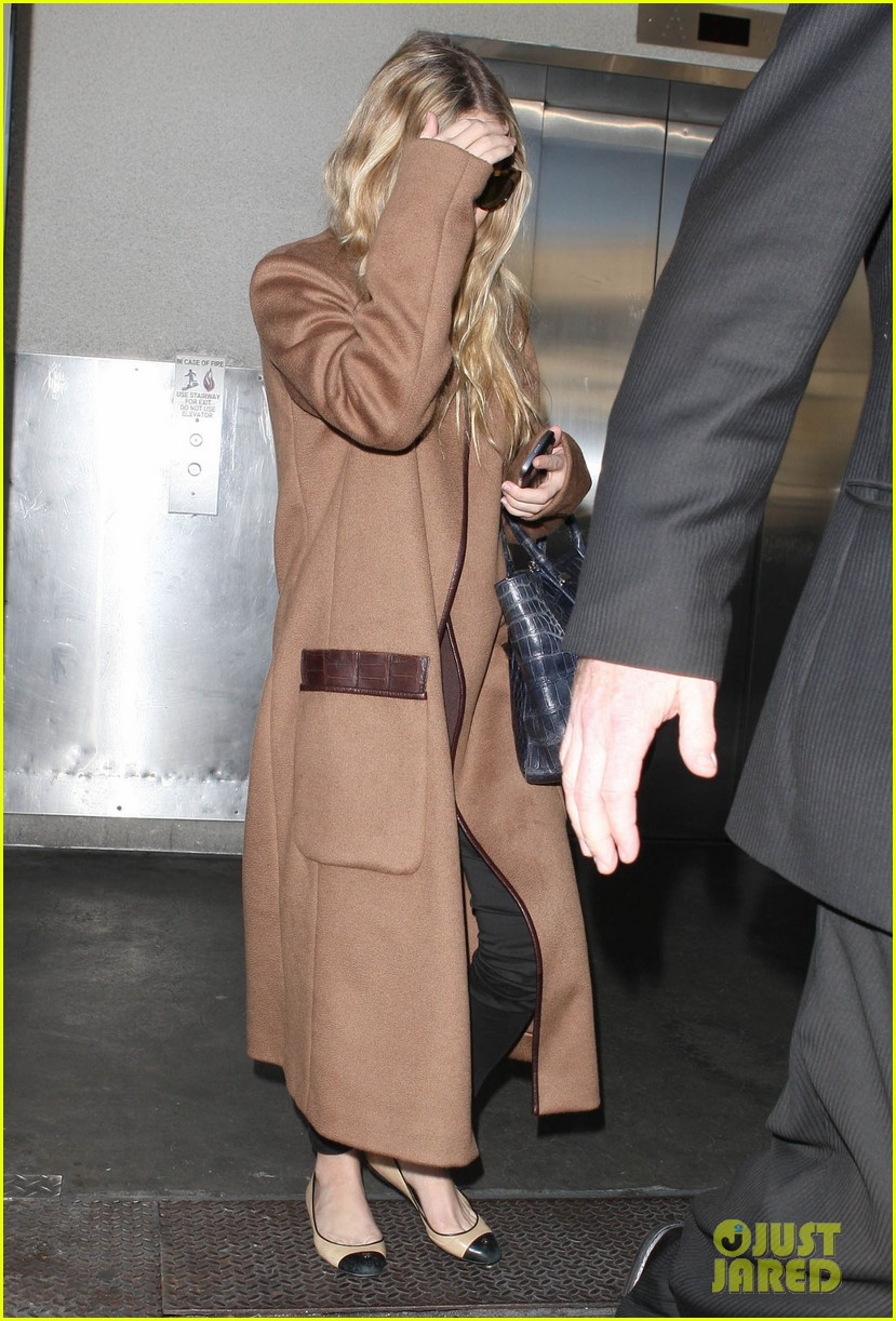 ashley olsen lands at lax after flight trouble 12