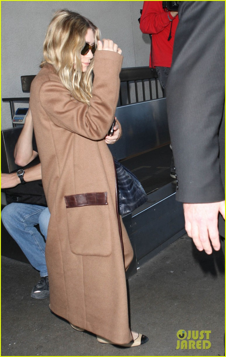 ashley olsen lands at lax after flight trouble 13