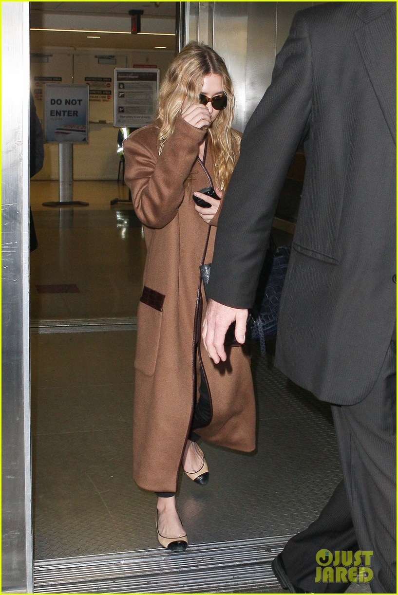 ashley olsen lands at lax after flight trouble 18