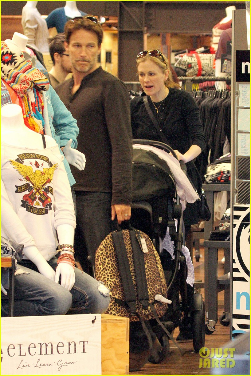 anna paquin stephen moyer holiday shopping with the twins 01