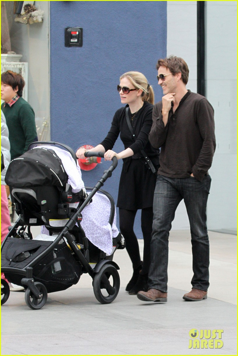 anna paquin stephen moyer holiday shopping with the twins 052778701