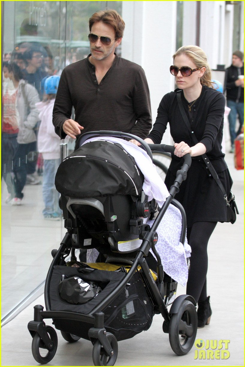 Anna Paquin Amp Stephen Moyer Holiday Shopping With The