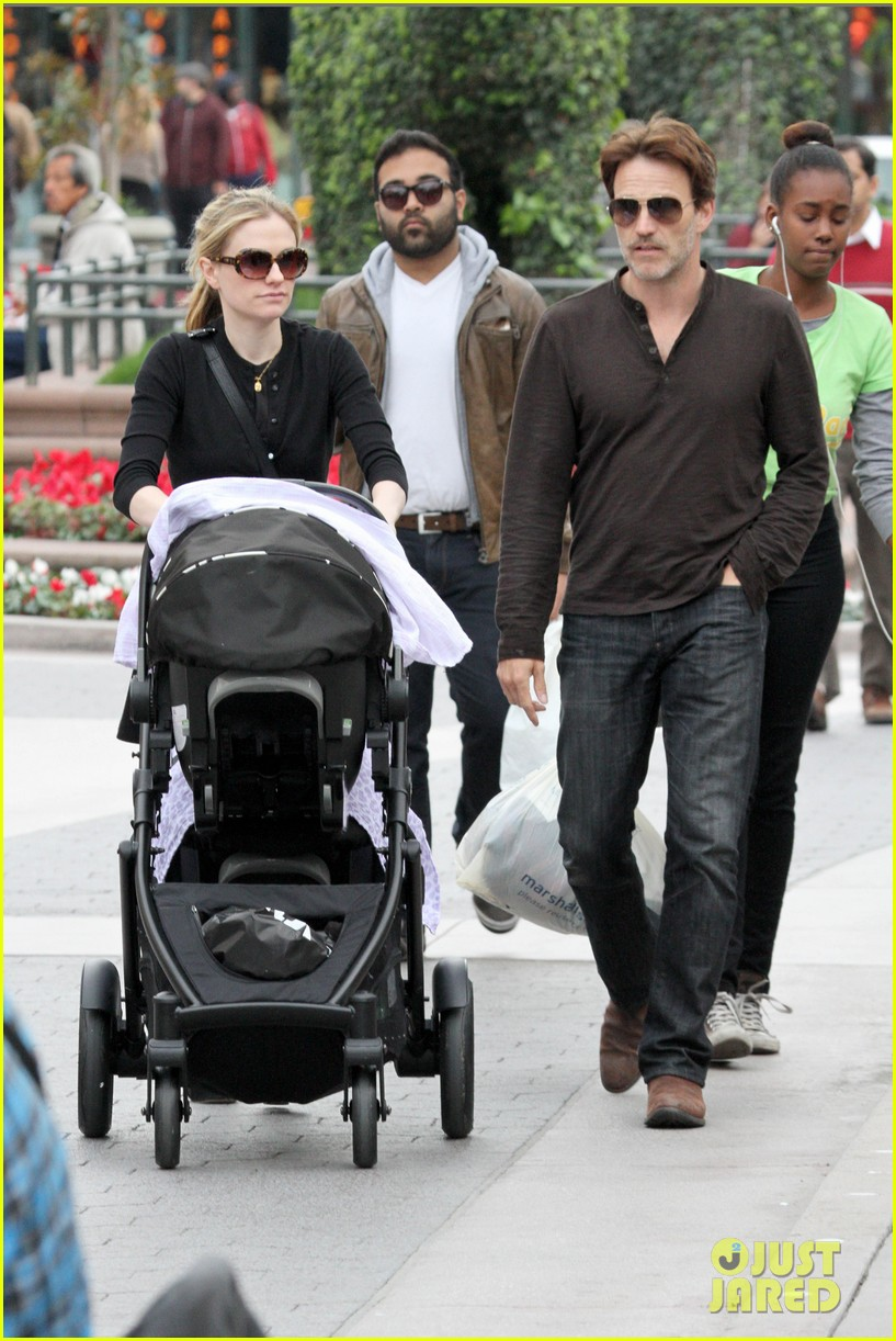 anna paquin stephen moyer holiday shopping with the twins 102778706