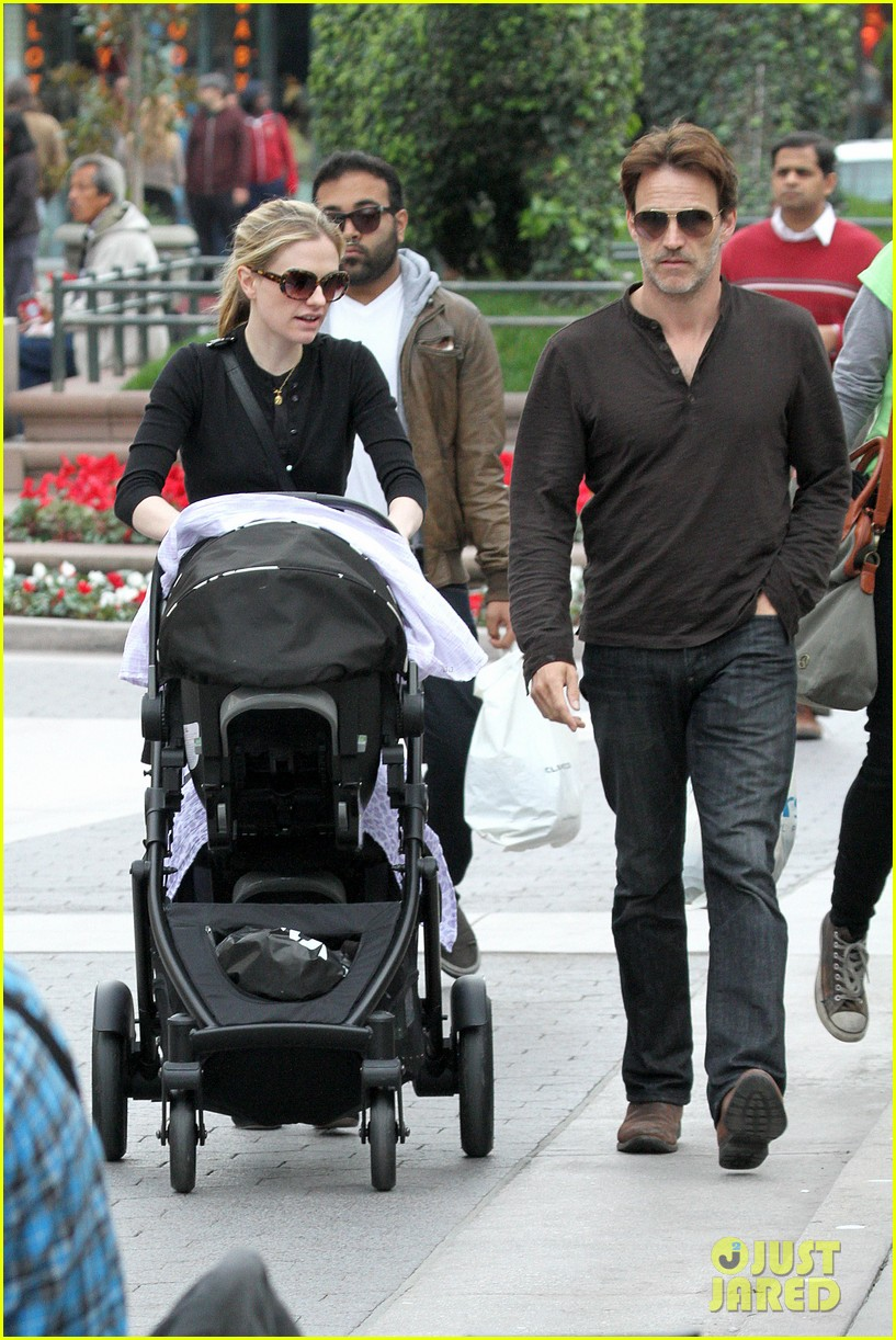 anna paquin stephen moyer holiday shopping with the twins 132778709
