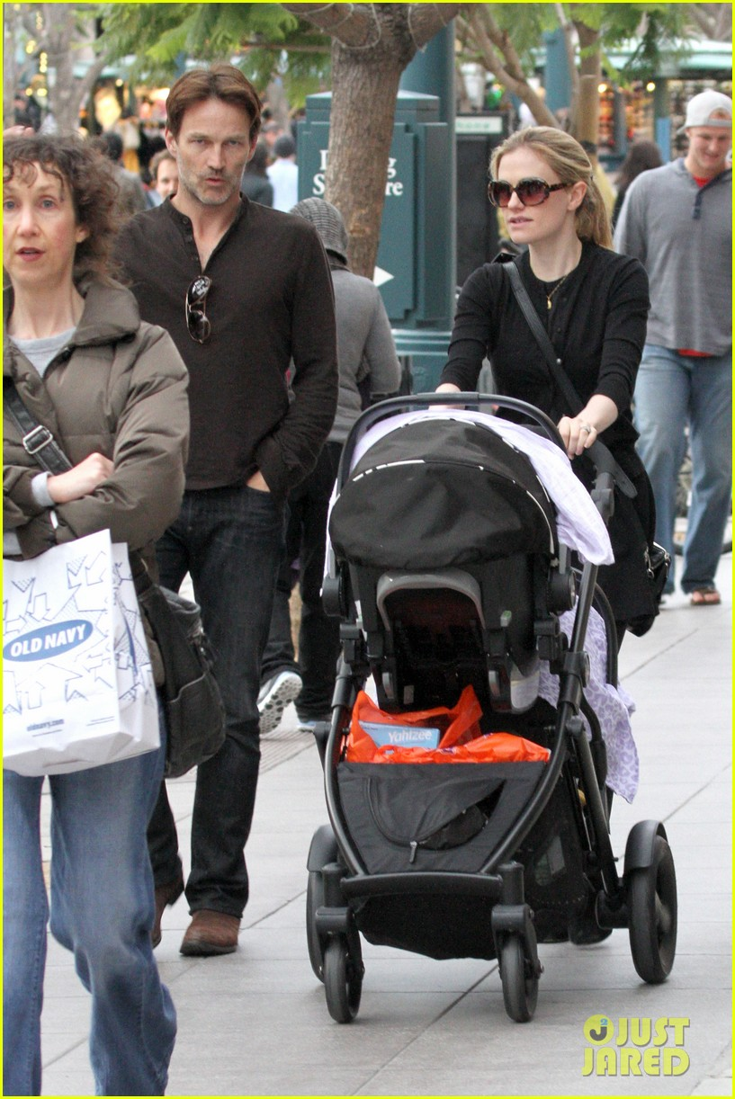 anna paquin stephen moyer holiday shopping with the twins 242778720