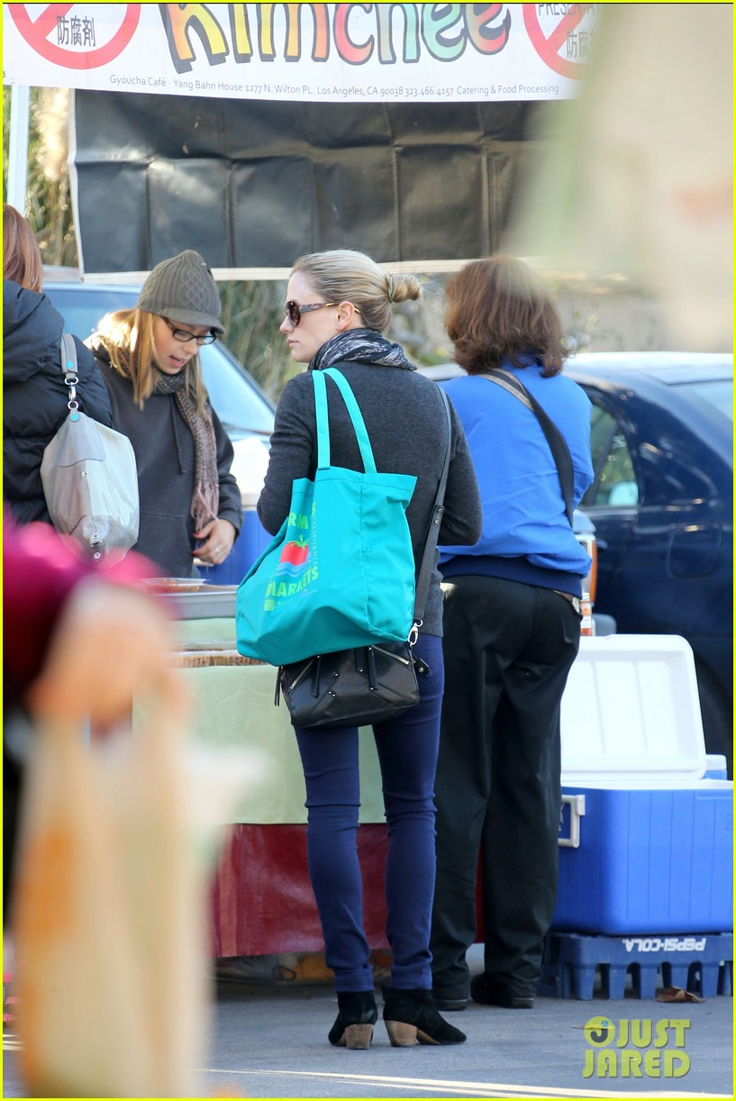 anna paquin farmers market morning 15