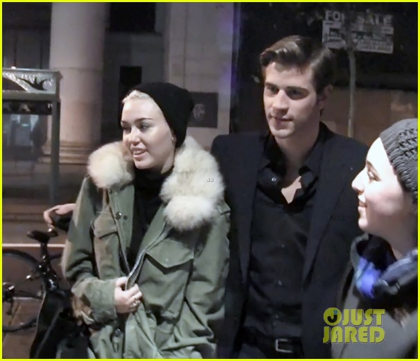 miley cyrus visits liam hemsworth on paranoia set 05