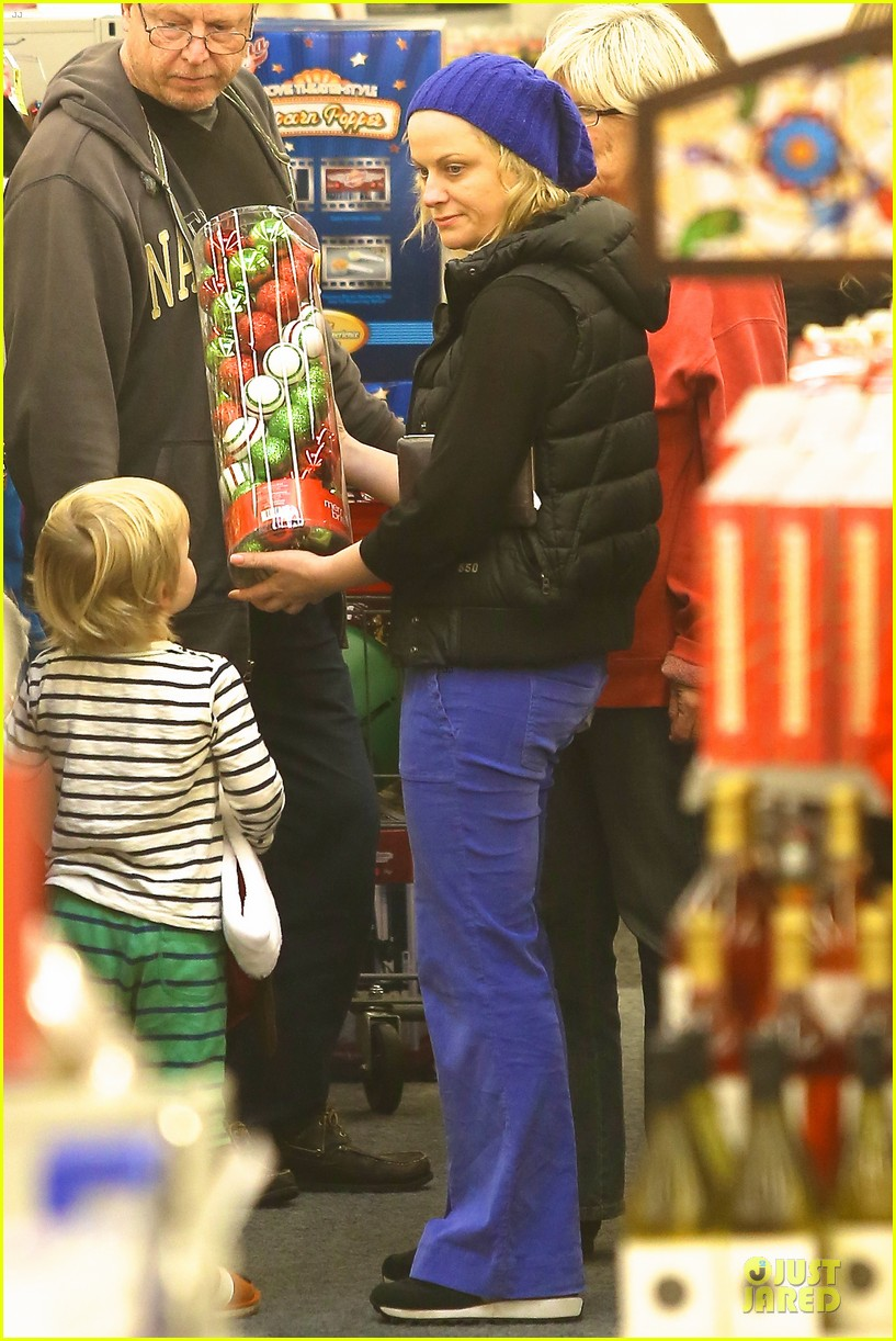 amy poehler holiday shopping with archie 012767140