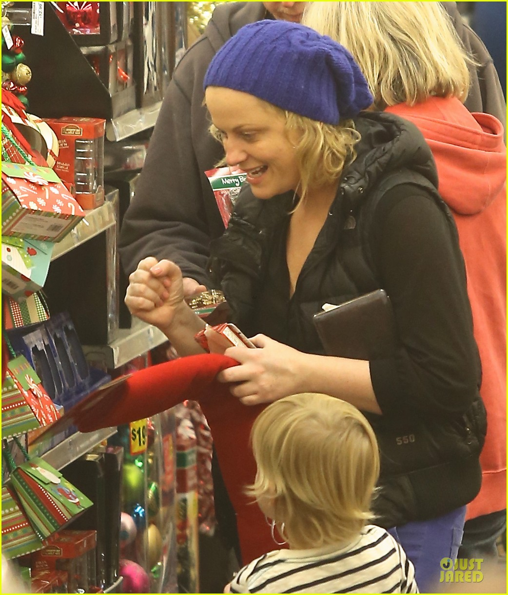 amy poehler holiday shopping with archie 022767141