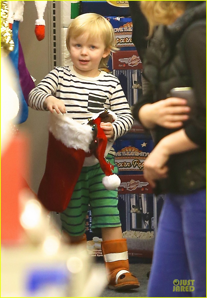 amy poehler holiday shopping with archie 032767142