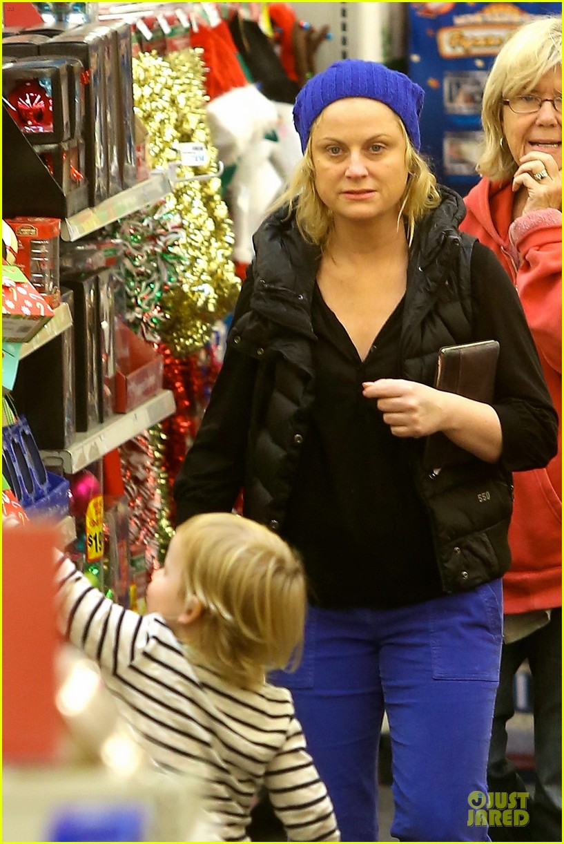 amy poehler holiday shopping with archie 042767143