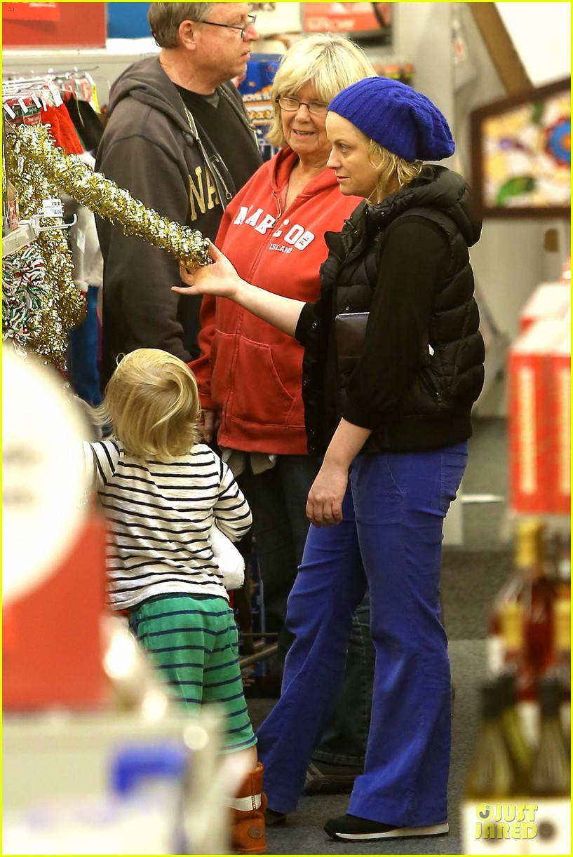 amy poehler holiday shopping with archie 052767144