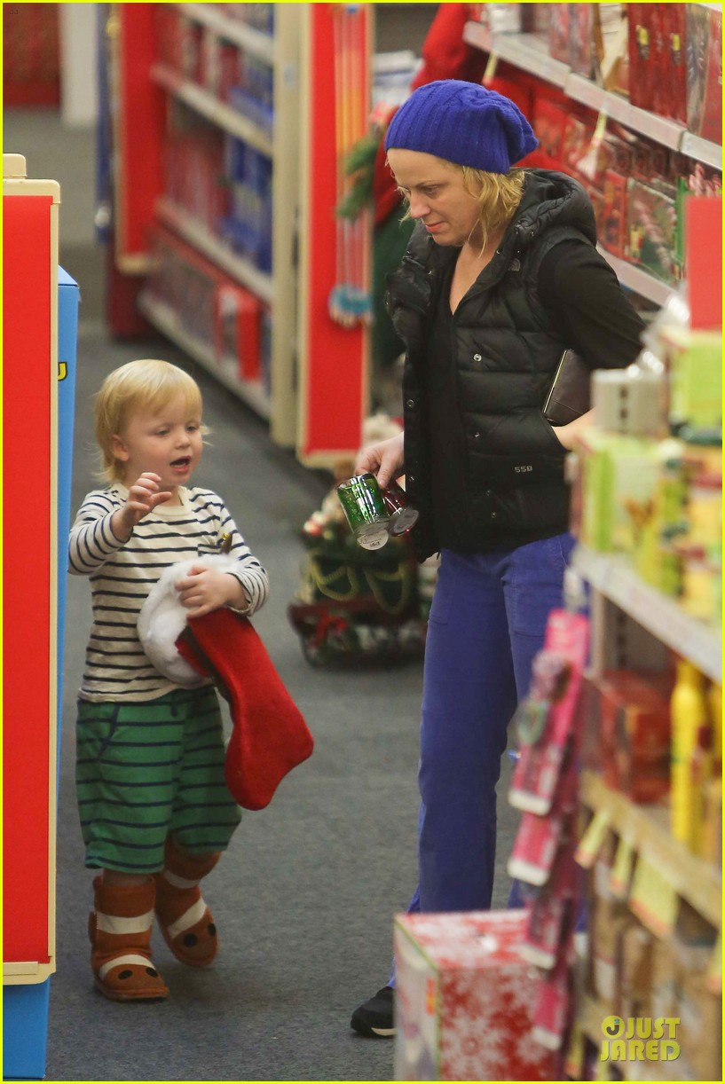 amy poehler holiday shopping with archie 062767145