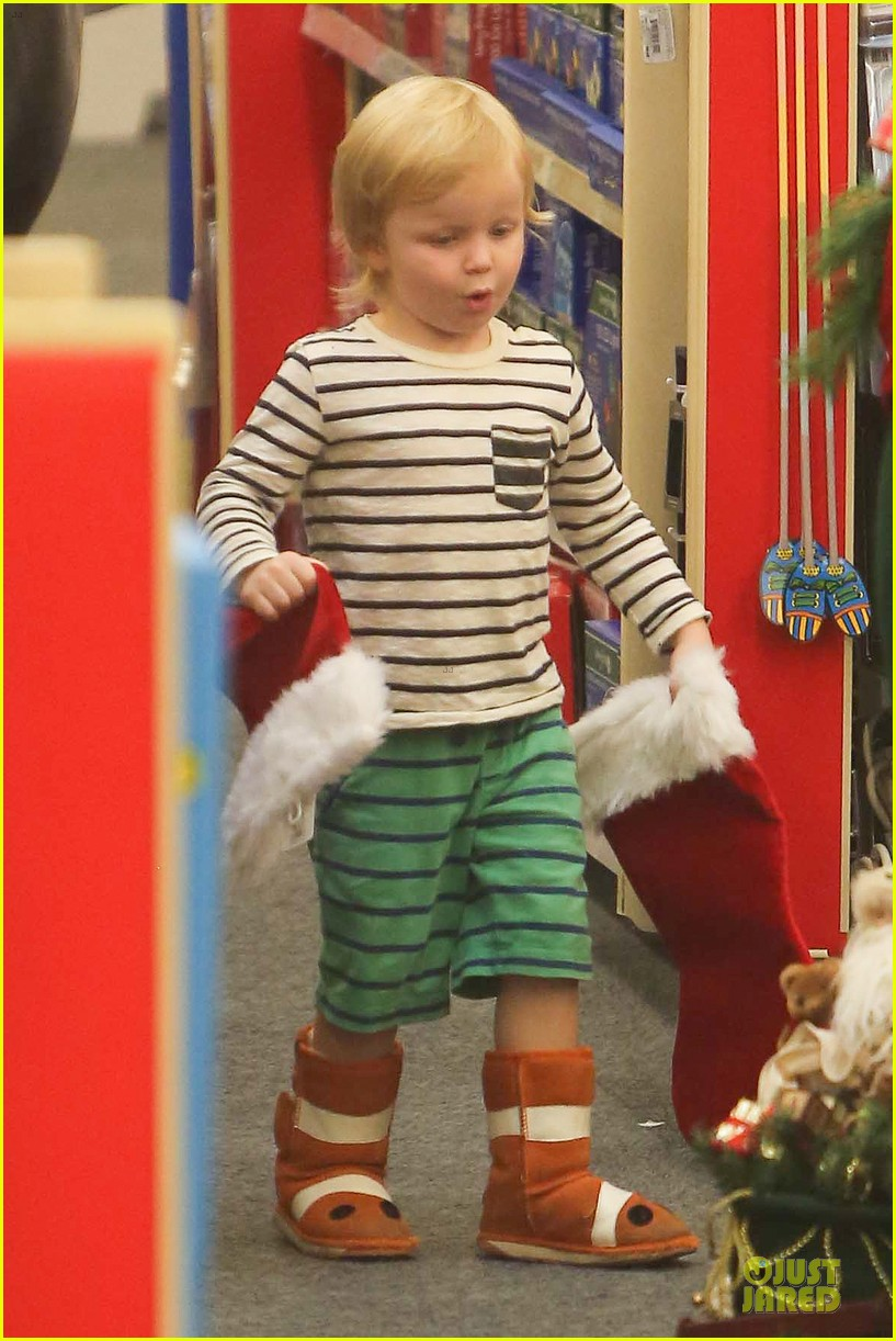 amy poehler holiday shopping with archie 072767146