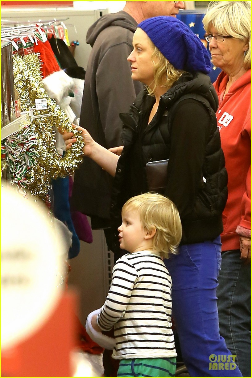 amy poehler holiday shopping with archie 082767147