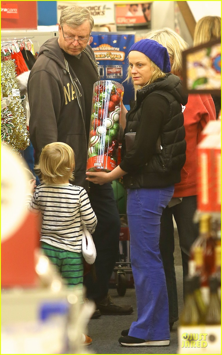 amy poehler holiday shopping with archie 132767152