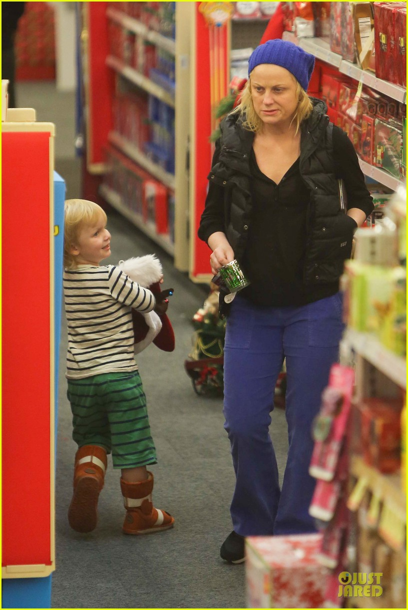 amy poehler holiday shopping with archie 14