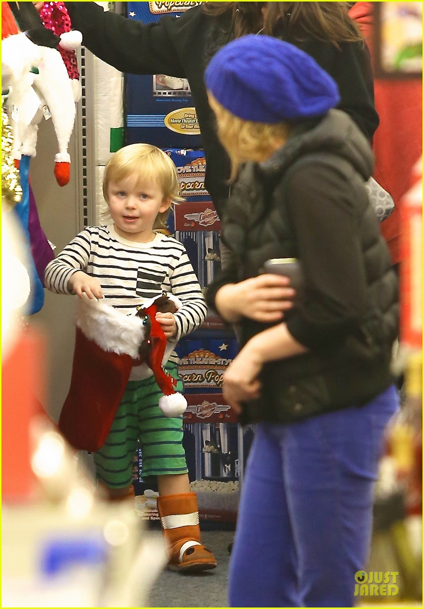 amy poehler holiday shopping with archie 15