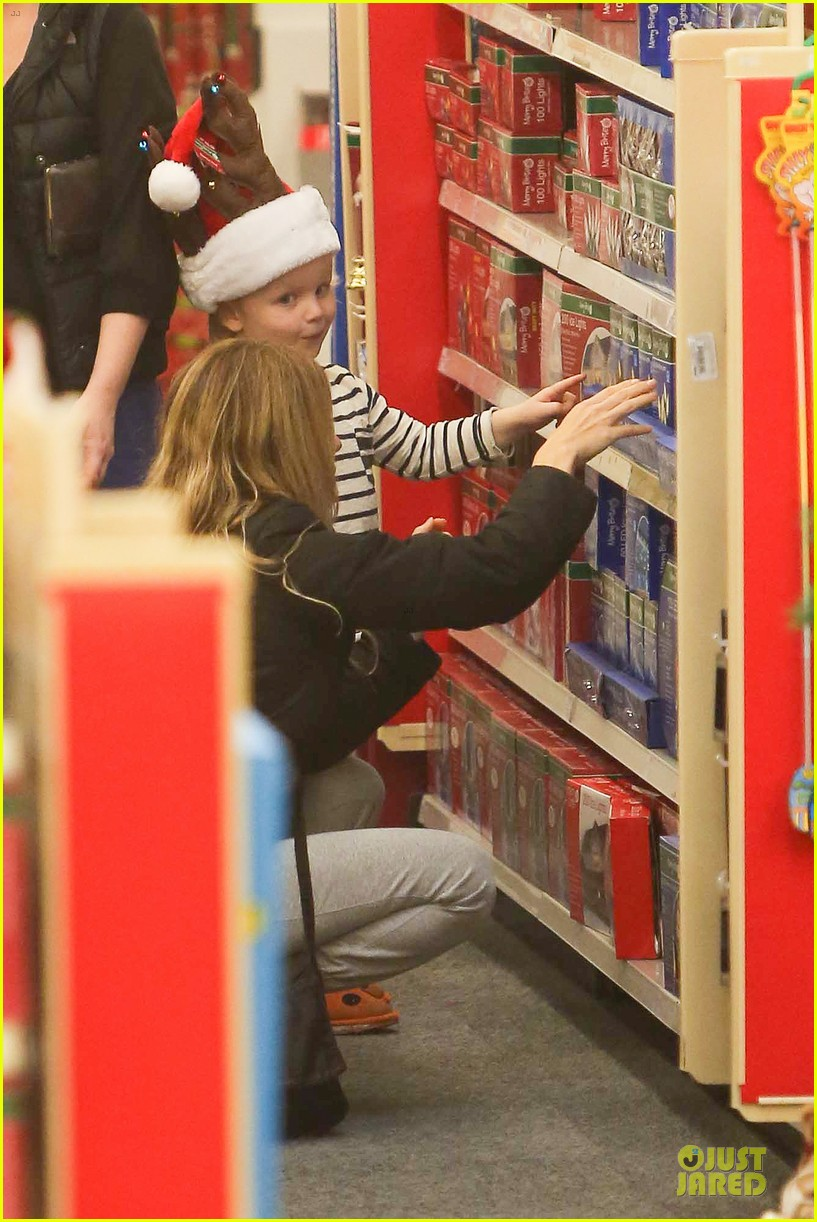 amy poehler holiday shopping with archie 162767155