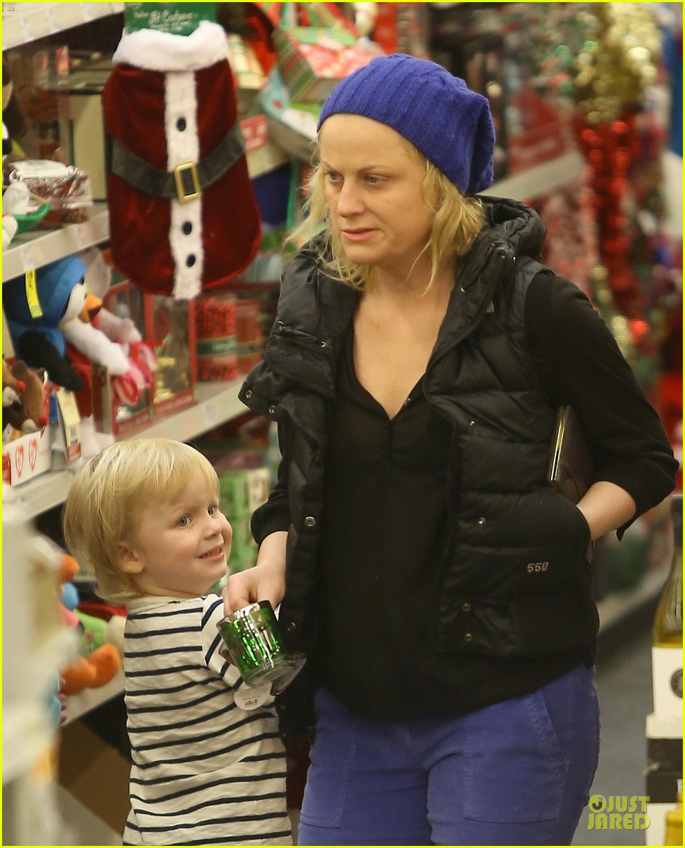 amy poehler holiday shopping with archie 17