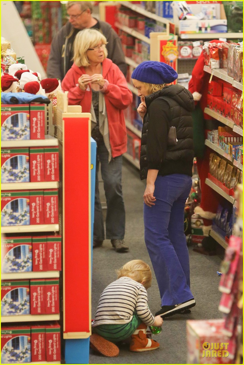 amy poehler holiday shopping with archie 202767159
