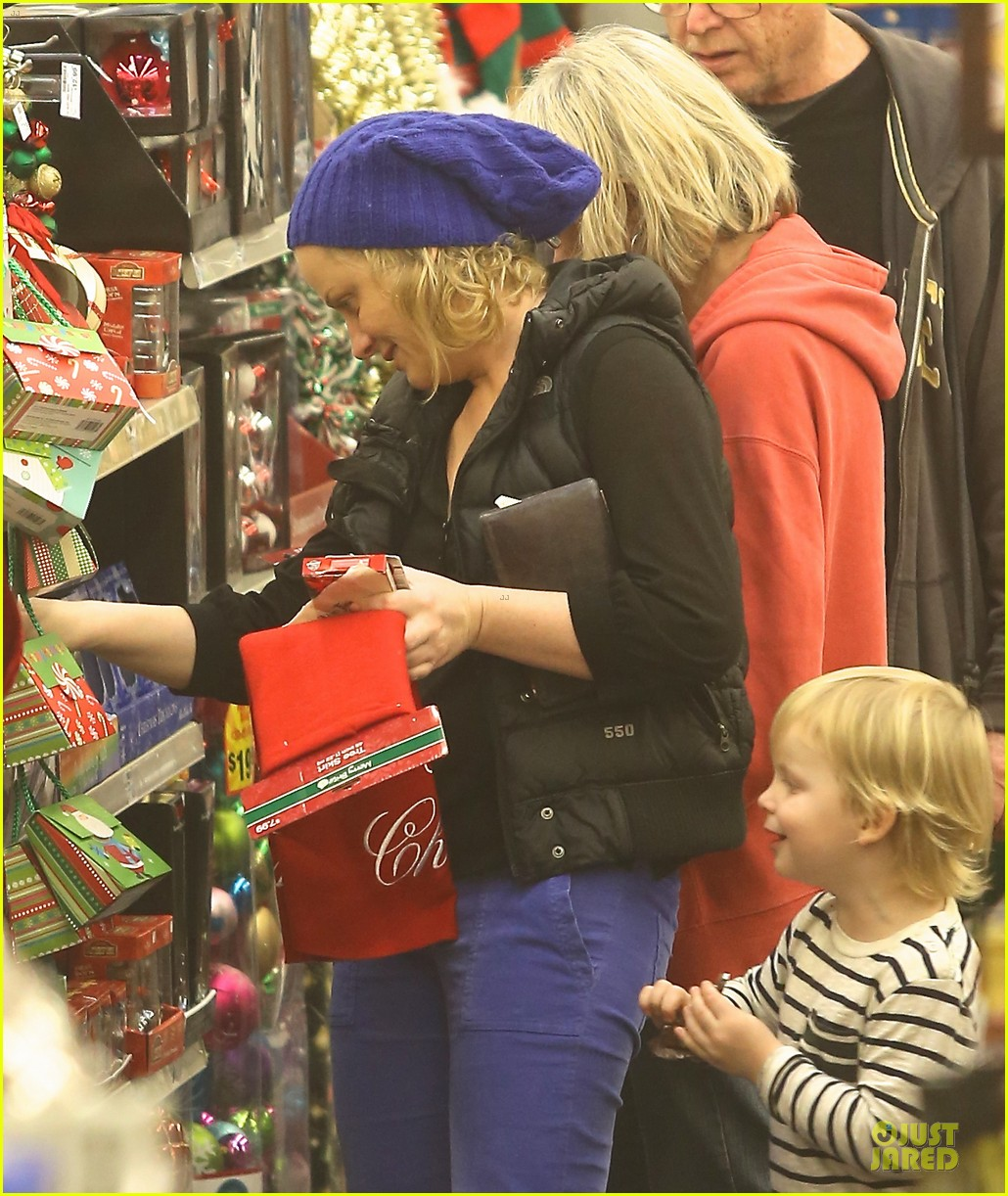 amy poehler holiday shopping with archie 212767160