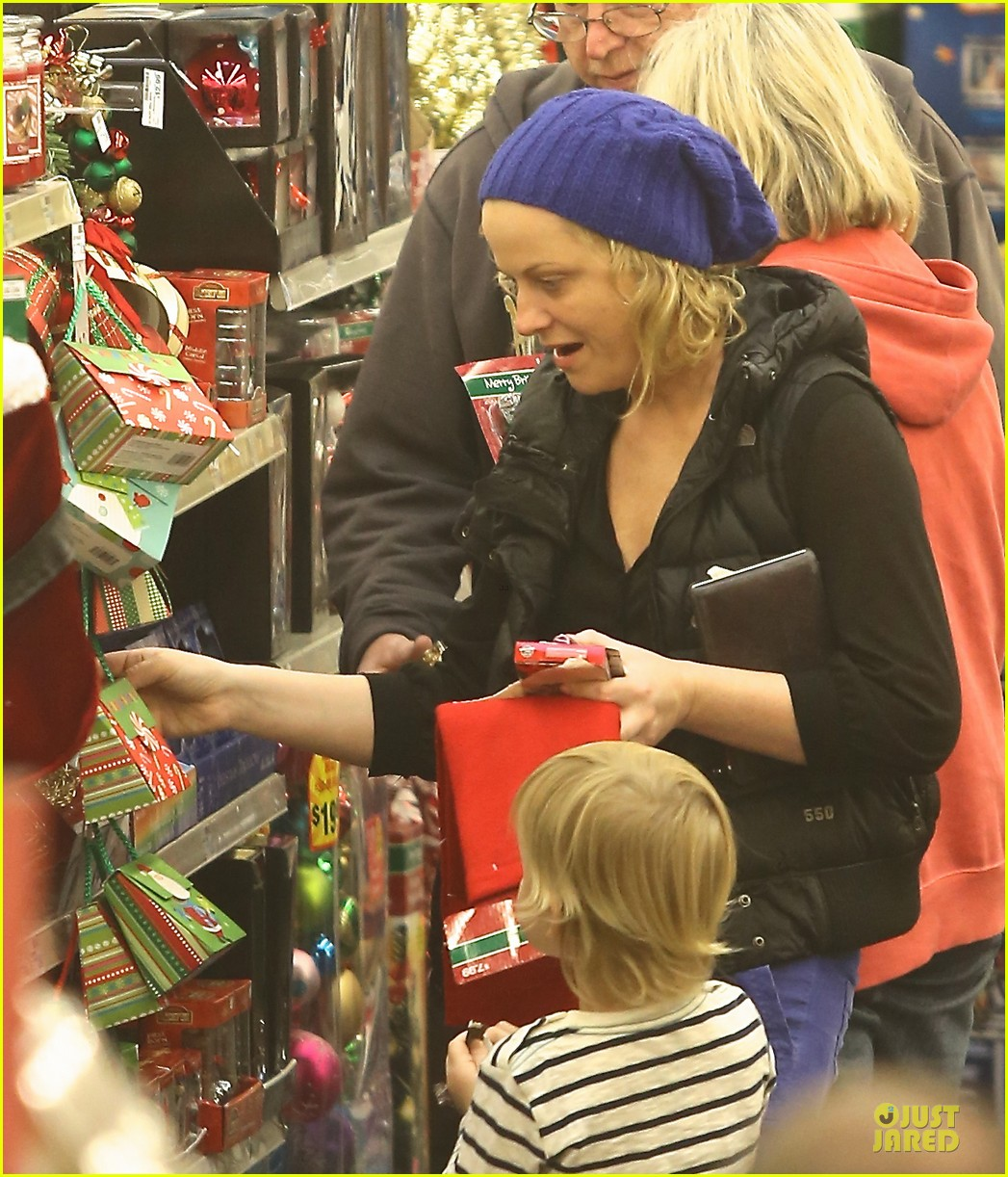amy poehler holiday shopping with archie 222767161