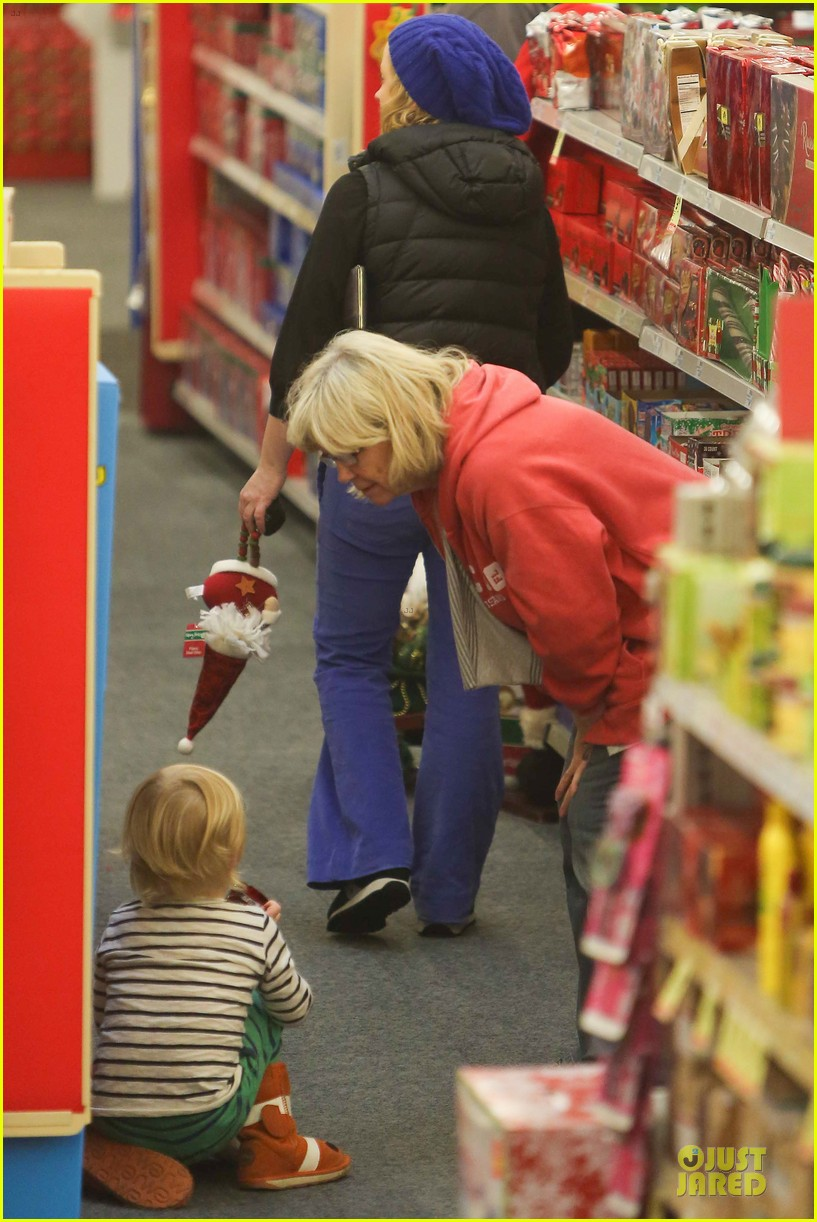 amy poehler holiday shopping with archie 232767162