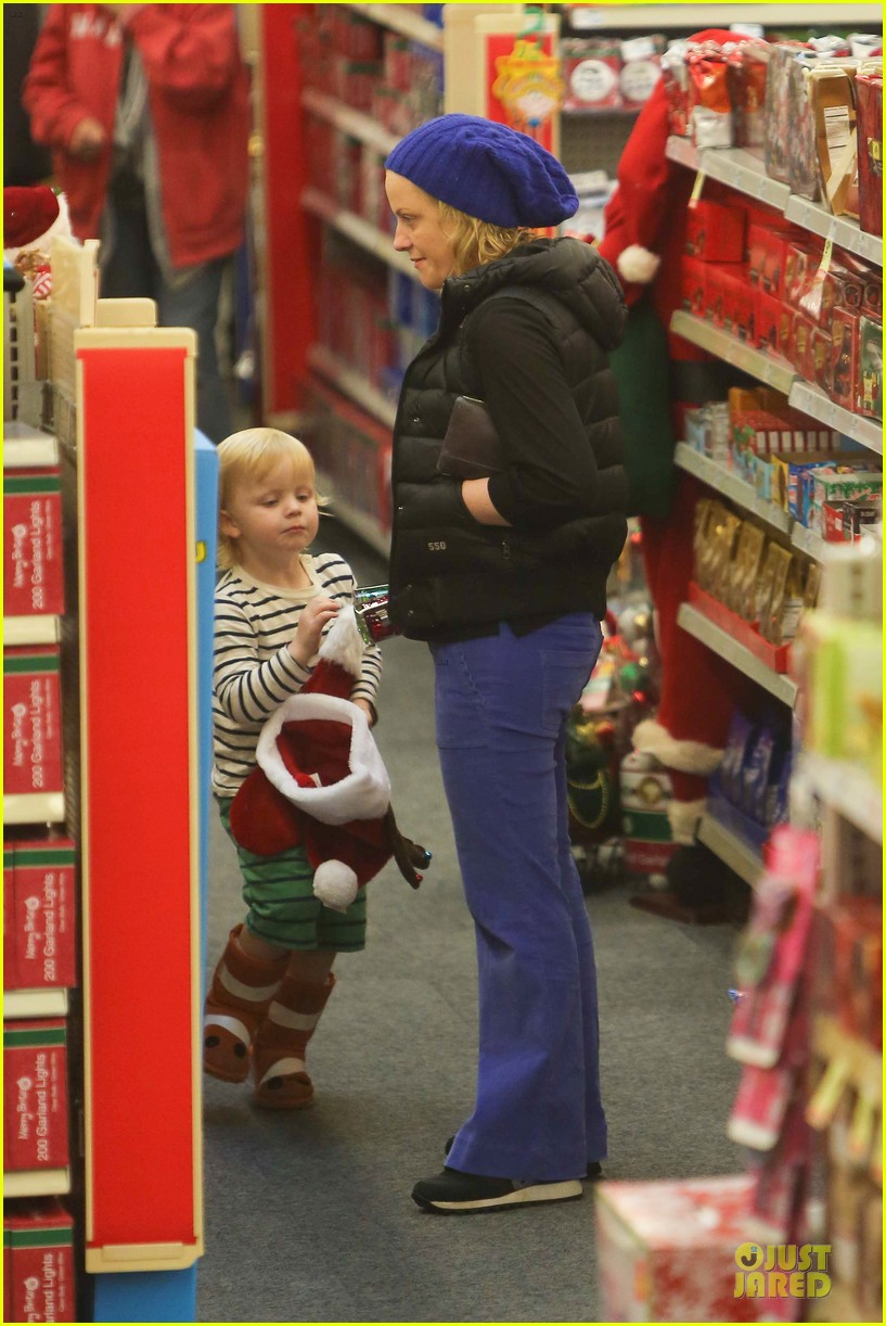 amy poehler holiday shopping with archie 242767163