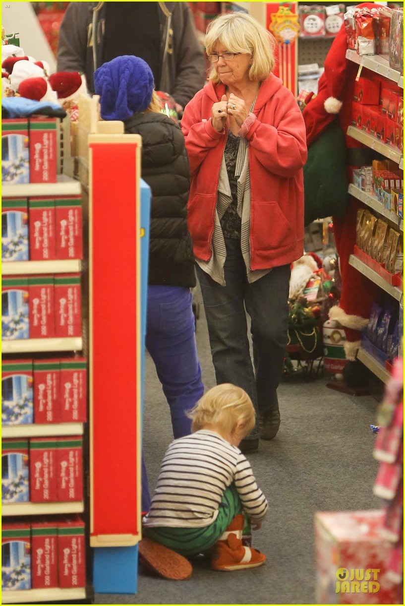 amy poehler holiday shopping with archie 262767165