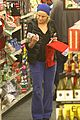 amy poehler holiday shopping with archie 25