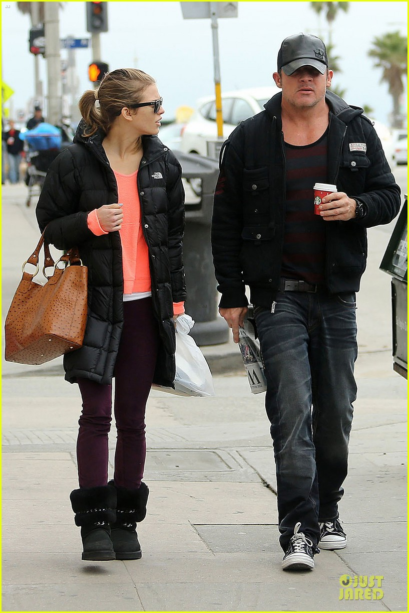 annalynne mccord & dominic purcell coffee strolling couple 012777152