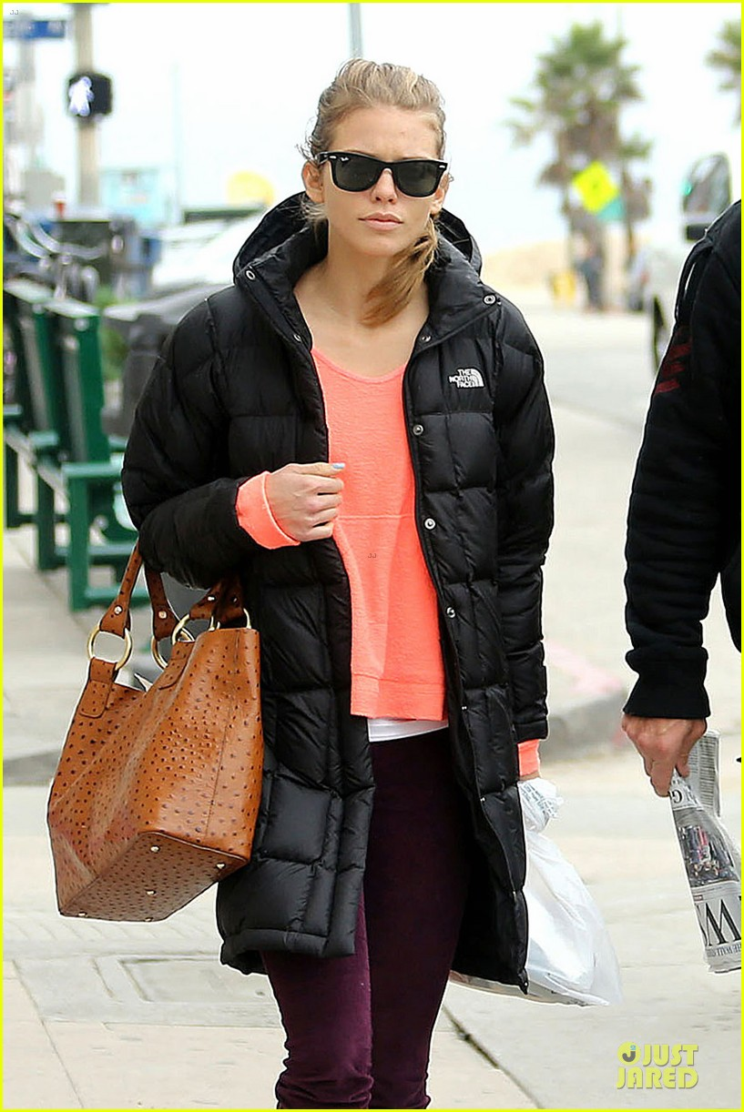 annalynne mccord & dominic purcell coffee strolling couple 022777153