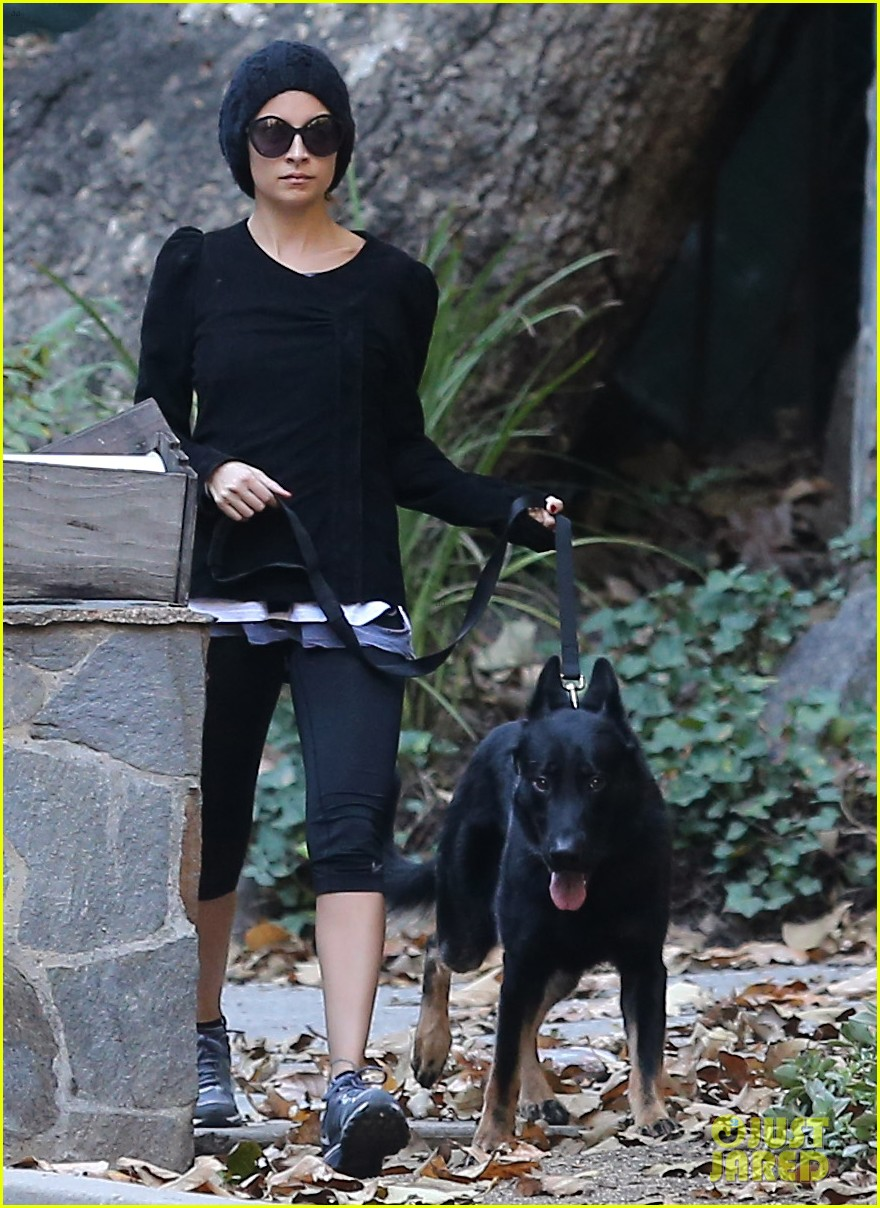 nicole richie morning stroll with her pup iro 07