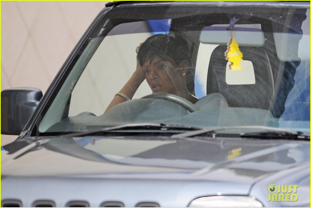 rihanna holiday shopping in barbados 01
