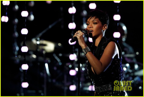 rihanna diamonds on the voice finale watch now 042778050