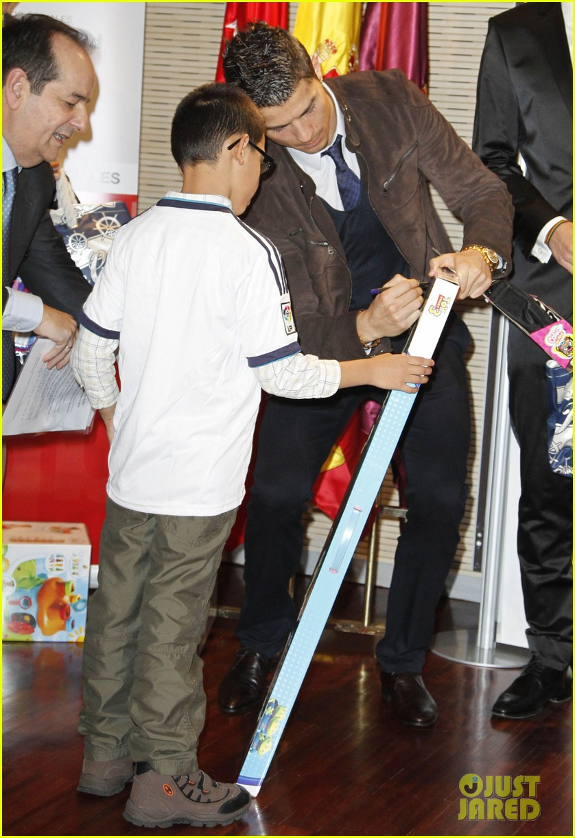 cristiano ronaldo no child without toys campaign 152777237