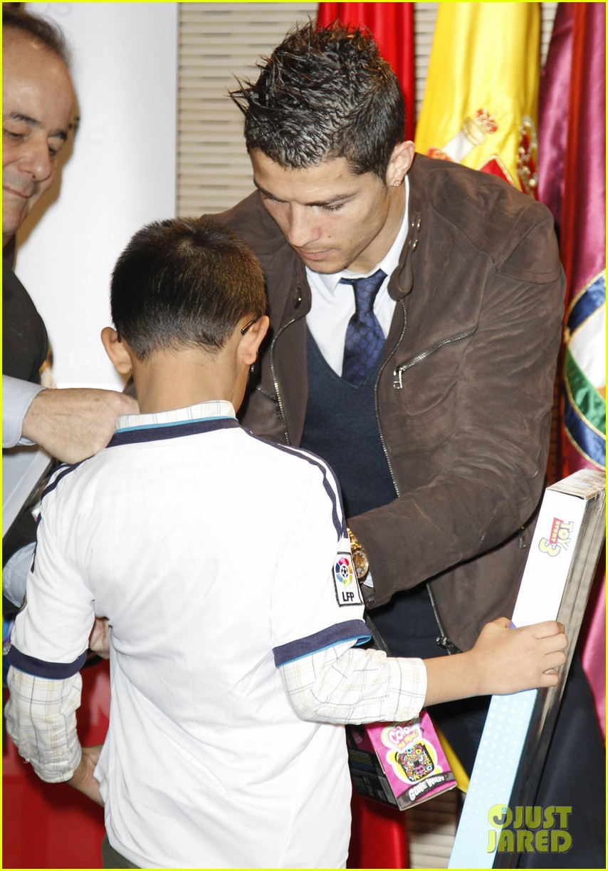 cristiano ronaldo no child without toys campaign 162777238