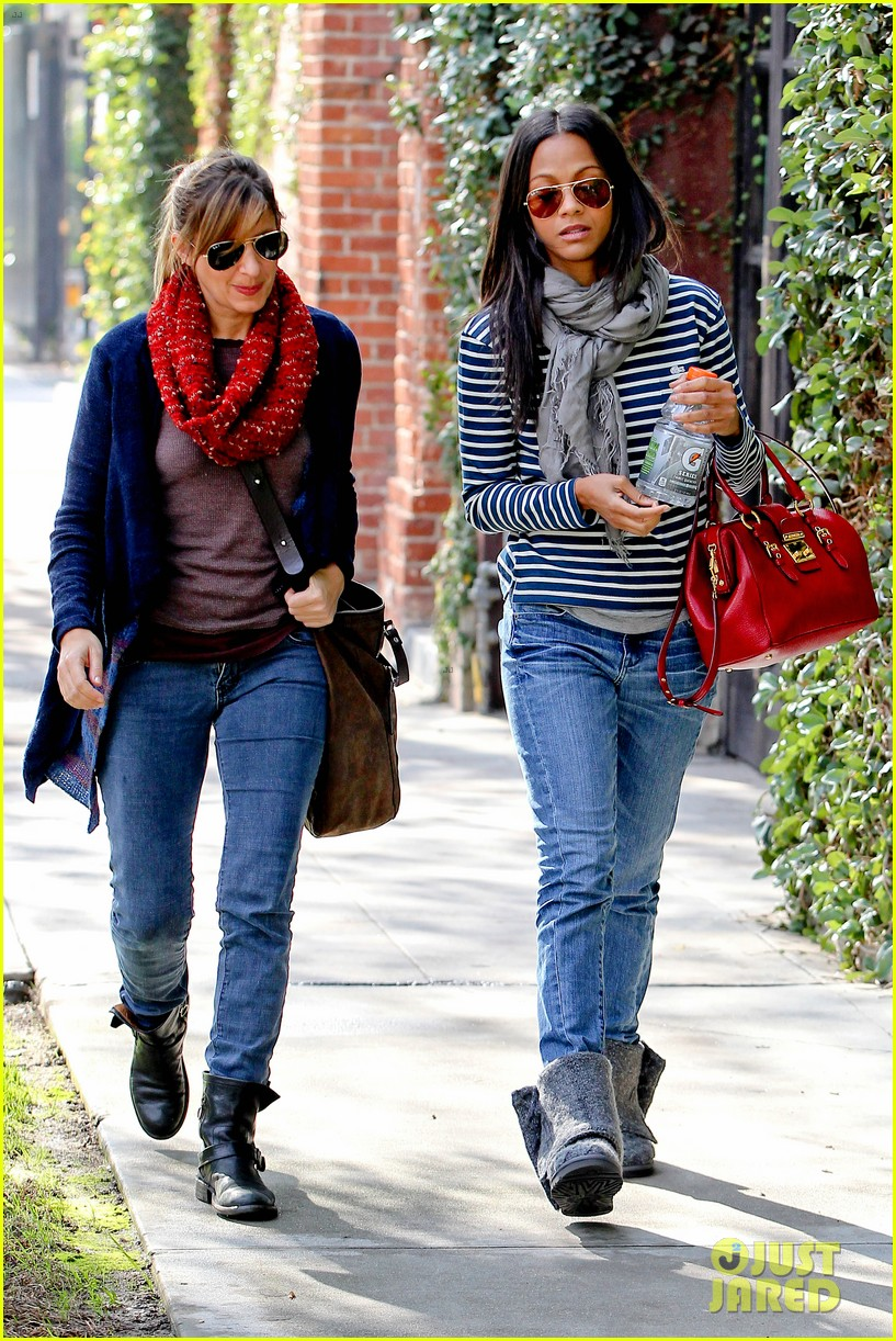 zoe saldana loves the los angeles rain 052769084