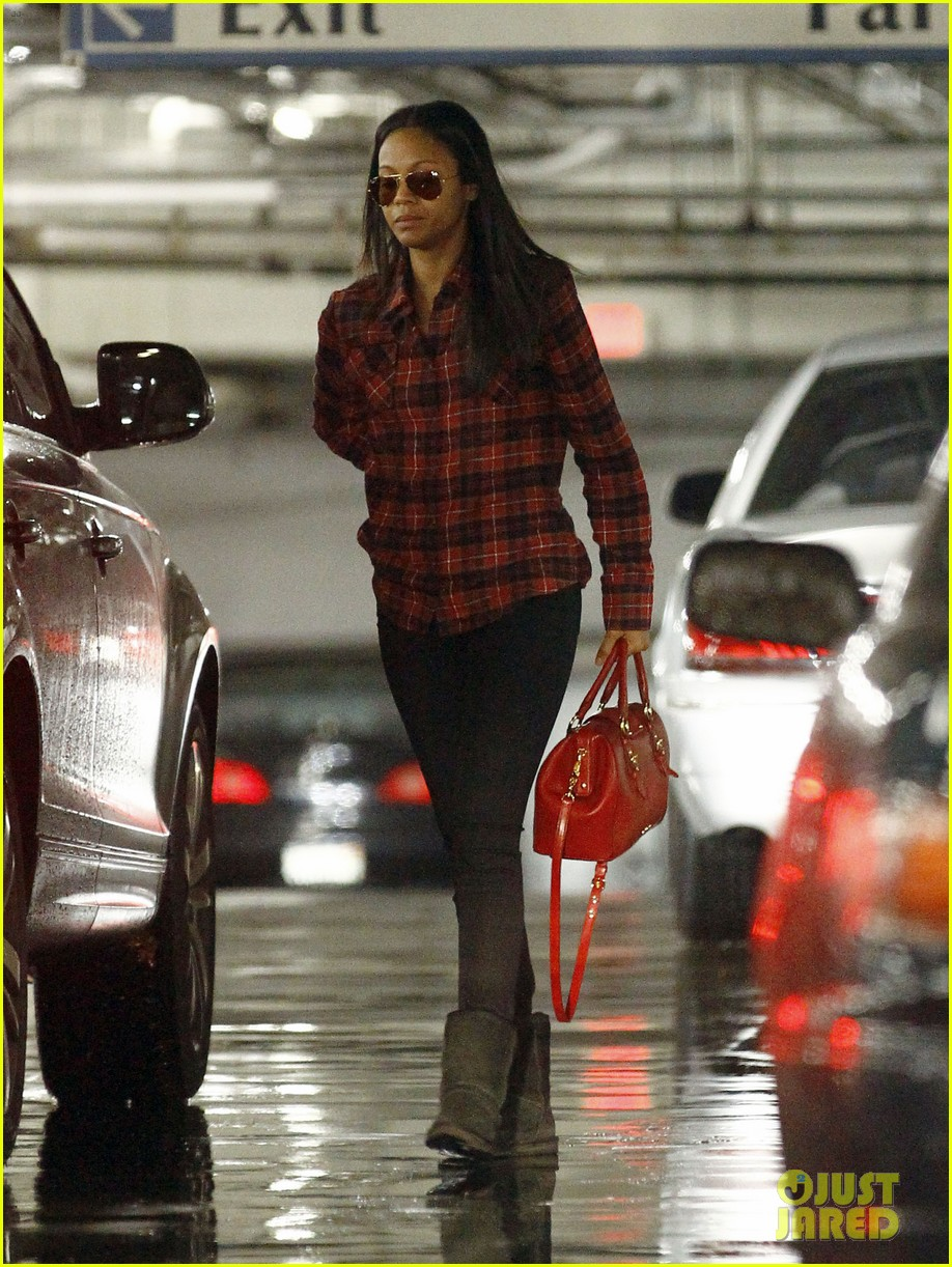 zoe saldana loves the los angeles rain 072769086