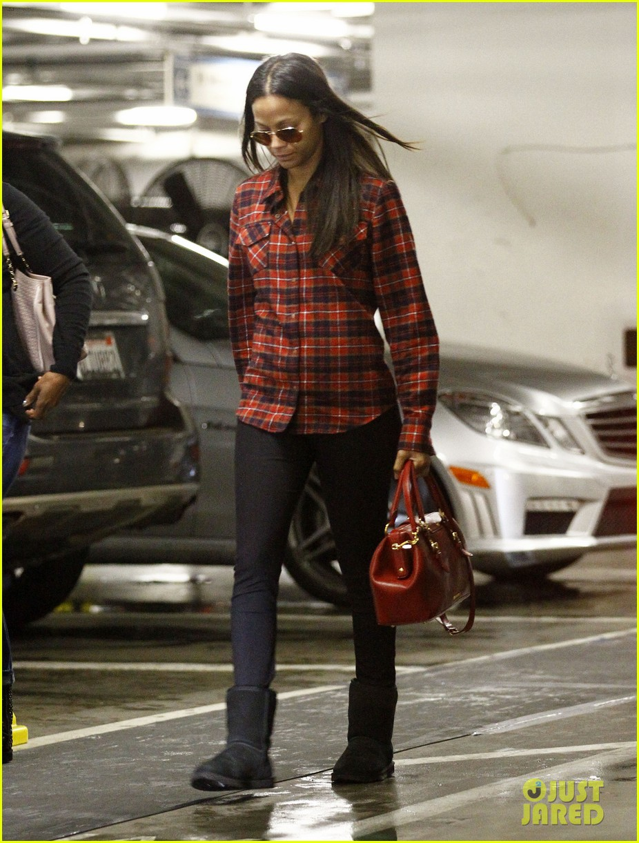 zoe saldana loves the los angeles rain 092769088