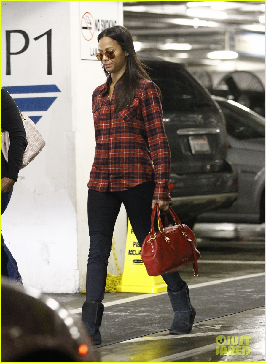 zoe saldana loves the los angeles rain 112769090
