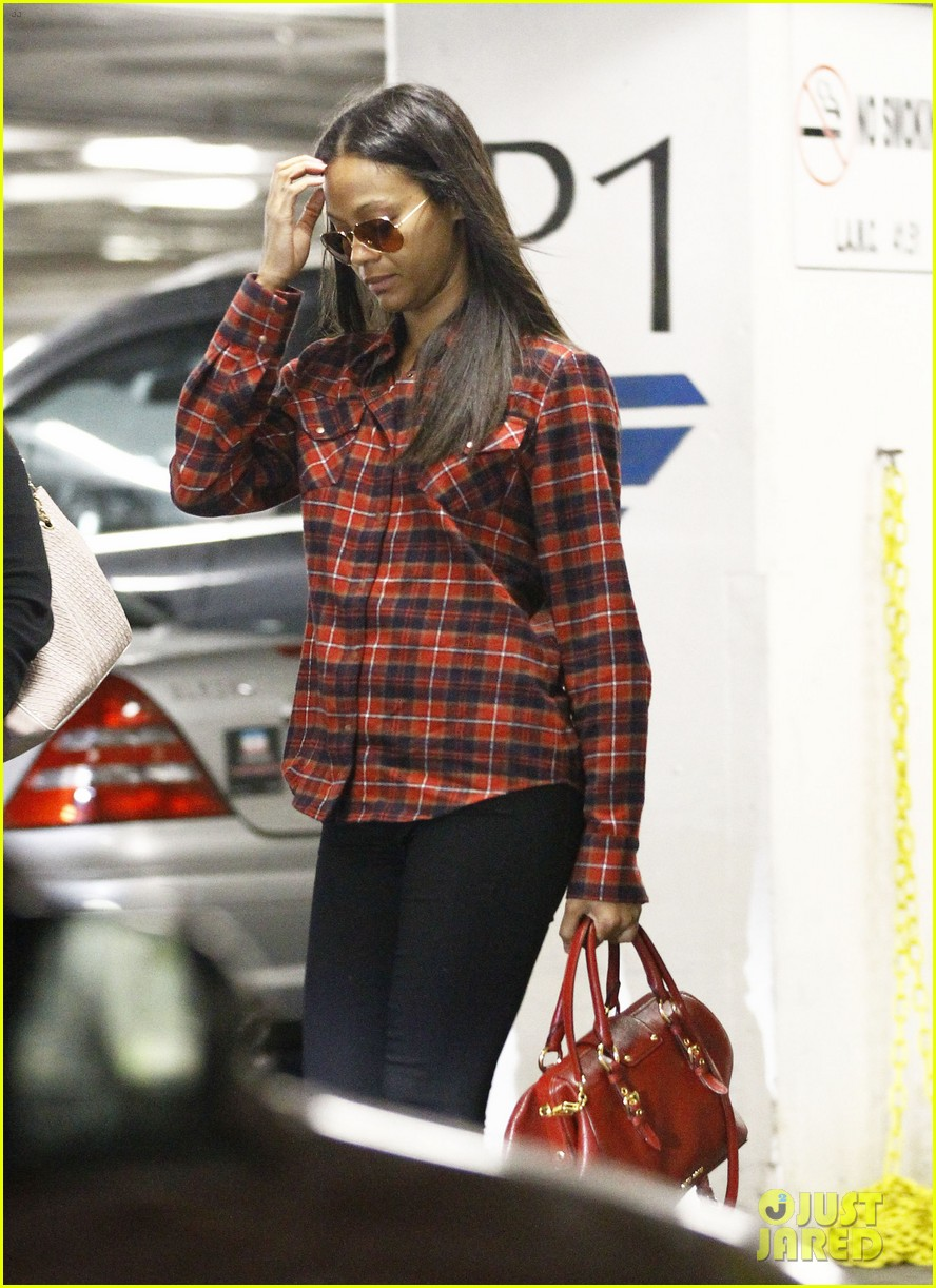 zoe saldana loves the los angeles rain 132769092